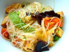 Glasnudeln mit Räuchertofu und Gemüse