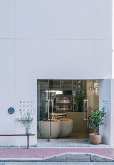 fathom designs japanese bakery ripi as a continuous space of concrete + glass Rustic Exterior, Modern Exterior, Exterior Design, Bakery Shop Design, Store Design, Cafe Design, Modern Bakery, Japanese Bakery, Bakery Interior