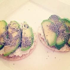 Weight-Loss Wonder: 4 Ways to Snack on Cottage Cheese (egg, cottage cheese, avocado, on rice cake) Healthy Snacks, Healthy Eating, Healthy Recipes, Protein Snacks, Cilantro, Cottage Cheese Recipes, Snack Recipes, Cooking Recipes, Health And Nutrition