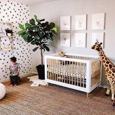 Lekkere stoere babykamer met leuke monochrome accenten. De natuurlijke tinten en de giraffe maken het echt een super gave kamer. Bovendien is het gebruik van planten erg goed voor het zuurstofgehalte in de babykamer. Babykamerinspiratie, jungle, giraffe knuffel, Babykamertje, babykamerstyling, groene babykamer, monochrome babykamer, nursery, babynursery monochrome
