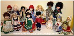 Κούκλες με παραδοσιακές ενδυμασίες από διάφορες γωνιές του κόσμου, αλλά και παραμύθια, πολλές από αυτές να είναι φτιαγμένες από την Ελληνική εταιρία Κεχαγιάς.