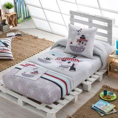 How to Decorate Your Bedroom and Choose Your Bedroom Furniture on a Budget - Life ideas Kids Pallet Bed, Wood Pallet Beds, Wooden Pallet Projects, Wood Pallet Furniture, Bedroom Furniture, Bedroom Decor, Palette Bed, Diy Toddler Bed, Kids Bed Frames