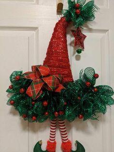 Vyrobený vianočný veniec na dverách nemusí mať len kruhový tvar. Vyskúšajte niečo nové! - sikovnik.sk Country Christmas Decorations, Christmas Mesh Wreaths, Christmas Ornament Crafts, Christmas Hat, Diy Halloween Decorations, Christmas Projects, Holiday Crafts, Homemade Christmas Wreaths, Elf Hat