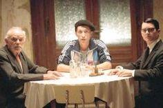 Todo está iluminado (2005)  Un joven judío norteamericano (Wood) se lanza a la búsqueda de la mujer que aparece en una fotografía junto a su abuelo, en un pequeño pueblo de su Ucrania natal