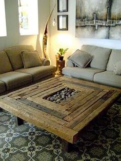 Mesa de centro de madera rústica.
