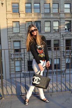 Miss Mass combina como nadie prendas que jamás hubieras imaginado. En esta ocasión nos encanta su look con sudadera de Mickey Mouse y bolso Chanel. Más detalles en su blog http://miss-mass.blogs.elle.es/2012/04/09/mickey-meets-mouse-%E2%98%85style%E2%98%85/