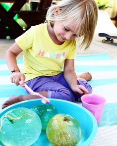 Sensory play for kids - How to make these super fun sensory play frozen water excavation balls - the perfect summer's day activity for kids and toddlers