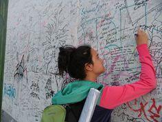 Dejando huella en el muro de Berlín