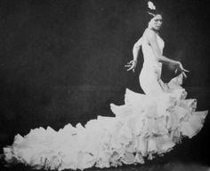 Manuela Vargas, #bailaora de #flamenco con #batadecola de lina. www.lina1960.com