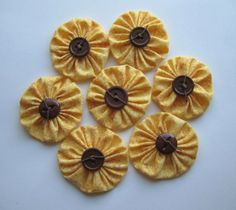 sunflower yo-yos does it get any better? I love these sweet yo yos Sunflower Crafts, Sunflower Quilts, Quilting Projects, Sewing Projects, Cute Crafts, Diy Crafts, Yo Yo Quilt, Primitive Crafts, Easy Quilts
