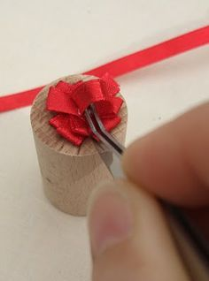 Andrea Thieck Miniatures: How to make a tiny bow. Andrea Thieck Miniatures: How to make a tiny bow. Dollhouse Miniature Tutorials, Miniature Crafts, Miniature Christmas, Miniature Dolls, Dollhouse Miniatures, Diy Dollhouse, Gift Wrapping Bows, Gift Wraping, Christmas Minis