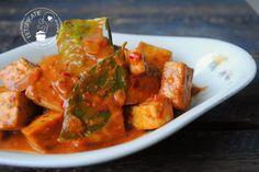 Hoe maak je een lekker gerecht met tahoe? Sambal goreng tahoe is een heerlijk Indisch gerecht met blokjes gebakken tahoe in een kruidige saus.