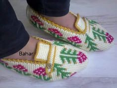 This Pin was discovered by ilk Afghan Stitch, Tunisian Crochet, Crochet Slippers, Leg Warmers, Free Pattern, Diy And Crafts, Booty, Knitting, Fashion