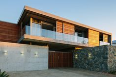 Modern houses are great in every way and always ooze a sense of chic grandeur. These 15 modern houses were designed by skilled architects in Johannesburg. Contemporary Architecture, Modern Contemporary, Best Modern House Design, Wooden Sliding Doors, Architecture Student, Beautiful Homes, New Homes, Exterior, Mansions