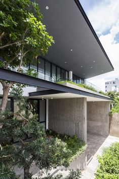 Patio House: A Beautiful House with Unique Green Open Space - Potio house has very beautiful both outside and inside the building. Villa Design, Facade Design, Home Design, Interior Design, Tropical Architecture, Residential Architecture, Modern Architecture, Decoration Shop, Modern Tropical House