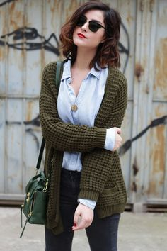 olive green cardigan + light blue oxford shirt + faded black skinny jeans + green leather crossover + loose waves