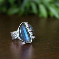 MODRÁ+SVĚTLA+-+prsten+Prsten+vyrobený+tiffany+technikou+v+jehož+centru+je+zasazen+krásný+modravý+Labradorit+z+Madagaskaru,+doplněný+krásným+modrým+Kyanitem.+Šperk+byl+řezán,+tepán,+broušen,+letován,+leštěn+a+ošetřen+antioxidačním+olejem.+NOVINKA:+cín+89%,+10%+stříbro+Ag,+1%+ostatní+kovy+Cu+a+další.+Rozměry+kamenů+jsou+20*10+mm+++13*7+mm,+šířka+obroučky+8+mm,...