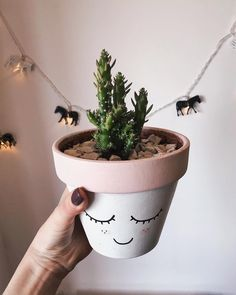 Painted Terra Cotta Pots arşivleri - Deco How to Crafts Painted Plant Pots, Painted Flower Pots, Painted Pebbles, House Plants Decor, Plant Decor, Pottery Painting, Diy Painting, Stone Painting, Diy Jardin