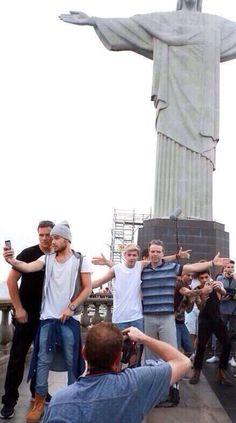 Liam taking a selfie, zouis taking a selfie, niall taking a picture