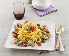 Tagliolini di quinoa, vongole e pesto di basilico. Per un'occasione speciale, per una cena al mare, questa pasta è saporita grazie al pesto e alle vongole.