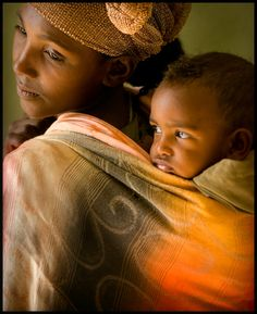 Rwandan mother and child. Madonna And Child, Precious Children, People Photography, Mothers Love, Mother And Child, World Cultures, People Around The World, Baby Wearing, Belle Photo