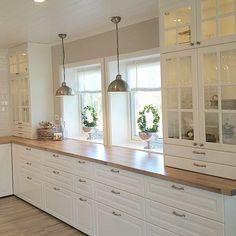 Modern Farmhouse Kitchens, Farmhouse Kitchen Decor, Home Decor Kitchen, Kitchen Interior, New Kitchen, Home Kitchens, Kitchen Dining, Kitchen Cabinets, Küchen Design