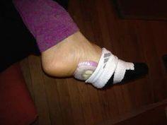 Tranche d'un oignon sous le pied dans une chaussette