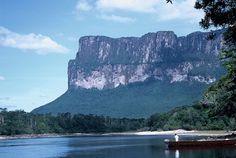 """Vista desde la orilla Exodus Travels. Roraima es también llamada """"La Madre de Todas las Aguas"""", por ser el origen de varios ríos importantes como el río Esequibo, que marca la frontera entre Venezuela y la Guyana, asimismo vierte sus aguas hacia el río Arabopó, afluente del Kukenan, que a su vez alimenta el río Orinoco."""