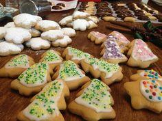 Σήμερα , μ' αυτά μπισκότα έφτιαξε η διάθεσή μου για τα καλά. Έγινα ζαχαροπλάστης , έγινα ζωγράφος , έγινα χαρωπή νοικοκυρά , μα πάνω απ' όλα έγινα πάλι παιδί . Θυμήθηκα τότε που ήμουν μικρό και μου έφερναν πλαστελίνες , Christmas Kitchen, Christmas Cooking, Iced Biscuits, Christmas Projects, Biscotti, Cupcake Cakes, Cake Recipes, Deserts, Food And Drink