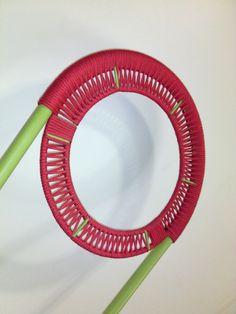 Cadeira com estrutura tubular, trama de corda de algodão vermelha, pintura na cor verde limão e estofamento com tecido impermeabilizado. Peça única. TRAPICHE VINTAGE