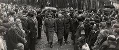 """Gubernator Hans Frank wchodzi do cerkwi greckokatolickiej w Sanoku witany przez ochotników SS """"Galizien"""""""