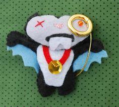 """Vampiro zumbi com """"monóculo"""" dourado, feito em feltro e com enchimento de fibra siliconada. Pode ser feito como chaveiro (com argola metálica) sem custo adicional. R$17,00"""