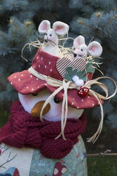 Christmas mouse - Her Crochet Christmas Sewing, Primitive Christmas, Christmas Snowman, Christmas Tree Ornaments, Christmas Holidays, Christmas Crafts, Xmas, Felt Crafts, Diy And Crafts