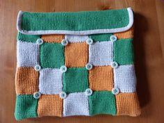 Pochette 28cm x 24cm façon patchwork en crochet tunisien fils de coton doublée en toile à matelas