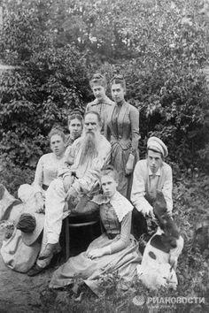 Los años siguientes a la boda la joven familia los pasó en Yásnaya Poliána y visitó Moscú en contadas ocasiones. En los 17 años de matrimonio tuvieron 13 hijos, 5 de los cuales murieron en la infancia. En la foto: León Tolstói con su familia en el jardín de Yásnaya Poliána, 1887.