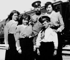 Maria, Anastasia, Alexej und Tatjana mit ihrem Vater Zar Nikolaus ll.