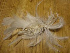 Magnifique peigne plumes blanches et strass pour compléter votre coiffure de mariée