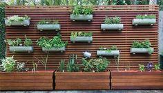 Painel ripado de madeira com jardineiras.