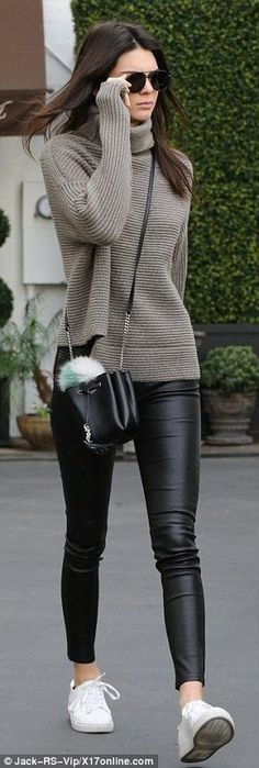 This leather leggings outfit is so cute for the fall or winter! with leggings 20 Ways To Wear Leather Leggings With Your Outfit - Legging Outfits, Leather Leggings Outfit, How To Wear Leggings, Leggings Fashion, Leggings Outfit Fall, Outfits With Leather Pants, Grey Jumper Outfit, Leather Jeggings, Leggings Party