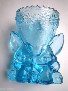 2 Lapins portant entre les oreilles un coquetier en verre bleu turquoise - to eat your boiled egg ! ... :-)