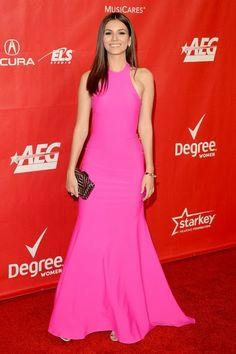 De los MusiCares Person Of The Year: Victoria Justice. Con un vestido fucsia de Michael Costello.