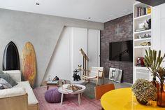 equipe do Studio ro+ca soube enxergar na mão francesa estrutural (parede inclinada) do imóvel a possibilidade de aproveitar o espaço de uma forma mais eficiente.