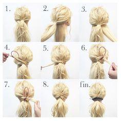 arrange 24:【feather pony】 解説 難易度 ★☆☆ 15min  1.表面だけ25〜32㎜くらいのコテで根元から巻いておき、耳後ろ下の毛を少し残したまま、全てポニーテールで結ぶ  2.図のような状態になります。  3.下で残した毛束を左右で分け、右側の毛束を出します。  4.ポニーテール部分左右に《くるりんぱスティック》をさして、右の毛束を通します。  5.図のような状態になります。  6.ポニーテール部分右に《くるりんぱスティック》をさして、先程、左に通した毛を今度は右に通します。  7.右通した毛束をスティックを使ってポニーテールのゴム部分にくぐらせて固定した後、左に残して置いた毛束も直接、ゴムにくぐらせます。  8.毛先を32㎜のコテで巻きます。  fin.軽くほぐして、飾りを付けて 更に可愛く♪…