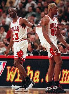 Michael Jordan and Dennis Rodman. Oh, how I miss this era of the NBA and the Chicago Bulls. Me too nothing like the worm😂😂😂😎 Michael Jordan Basketball, Love And Basketball, Basketball Legends, Sports Basketball, Basketball Players, Basketball Memes, Ron Harper, Basket Nba, Jeffrey Jordan