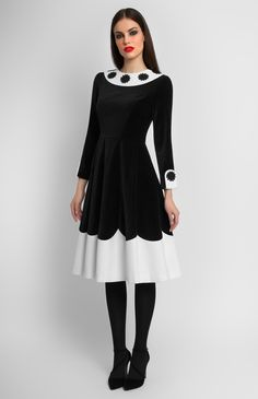 Combined black and white velvet long-sleeve dress. Round collar decorated with cotton lace flowers. Without pockets. Hidden back zip closure.