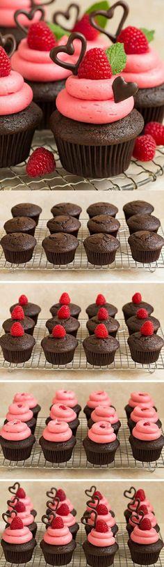 cupcakes dekorieren mit erdbeeren, pfefferminze und herzen aus schokolade