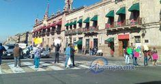 En la Avenida Madero, frente a Palacio de Gobierno, decenas de trabajadores del volante muestran pancartas contra el alza del 20% en los combustibles que entró en vigor el pasado ...
