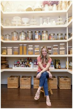These clever kitchen pantry organization hacks will save your food from the deadline. Get some ideas for your pantry closet organization here. – Experience Of Pantrys Pantry Shelving, Pantry Storage, Kitchen Storage, Shelving Ideas, Bathroom Storage, Pantry Diy, Walk In Pantry, Farmhouse Style Kitchen, Modern Farmhouse Kitchens