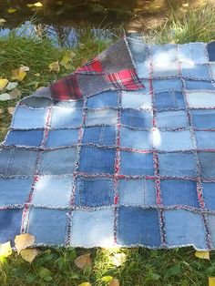 Quilts Patchwork jeans blanket pockets ideas Dishwasher Detergent Cup – A Sticky Situ Quilting Tips, Quilting Projects, Rag Quilt Instructions, Flannel Rag Quilts, Denim Quilts, Blue Jean Quilts, Patchwork Quilt, Patchwork Jeans, Flag Quilt