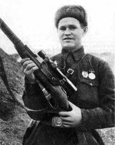"""Vasili Záitsev: """"Mataba a cuatro o cinco alemanes todos los días"""". Se publican en España las famosas y polémicas memorias del francotirador de Stalingrado que inspiró 'Enemigo a las puertas'."""